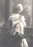 victorian-fashion-1900-handsfolded